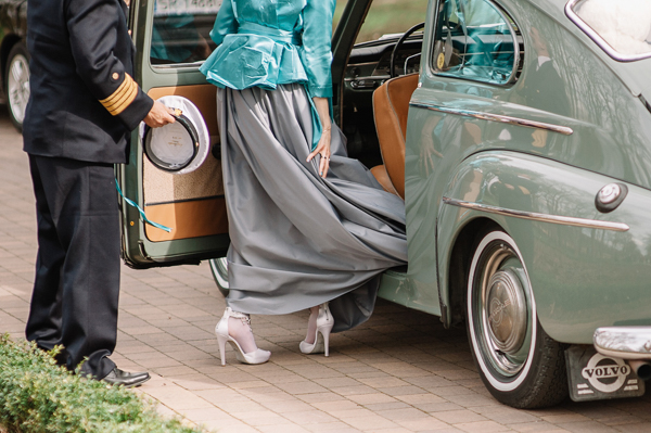 jollyday-photography, polish-wedding, polish-wedding-photographers, bride and groom exiting wedding car