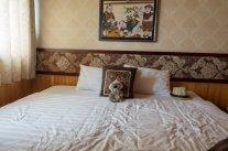 Dans mon grand lit en croisière de luxe dans la baie d'halong