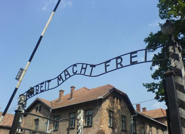 Auschwitz kampı girişindeki yazı