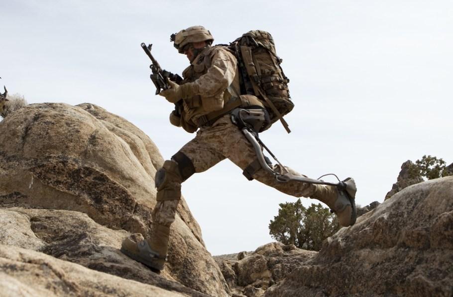 Fotoğrafta gördüğünüz herhangi bir asker değil. Dikkatle baktığınızda ayaklarını destekleyen aygıt onu bütün emsallerinden daha çevik, güçlü ve öldürücü yapıyor (tıklayarak büyütebilirsiniz).