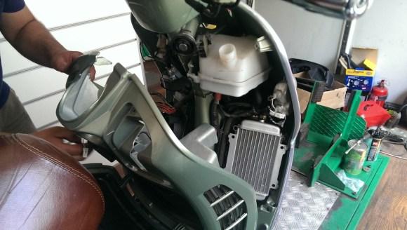 Vespa'da bu iç paneli sökebilmek için motorun ön cephesindeki paneli de sökmek gerekiyor.