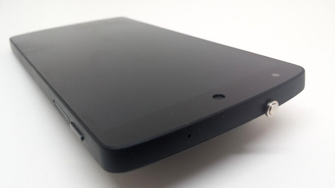 Aldığım çakma Pressy'nin Google Nexus 5'e takılı hali bu şekilde. HTC cihazlarımda daha iyi oturduğunu itiraf edeyim. (Unutmadan; bu fotoğrafı da yine Kickstarter'da fonlayarak sahip olduğum Foldio'da çektim)