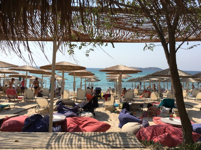 Tecrübe ettiğimiz plajlardan biri de Psili Ammos oldu. Denizi hızla derinleşen ama kumu muhteşem bir plaj. Şezlong ve şemsiye ücretsiz ancak (işgal ettiğiniz 'şemsiye' başına) 10 euro tutarında bir şey yemek ya da içmeniz isteniyor (bu bedele -örneğin- 4 frappe içmek mümkün).