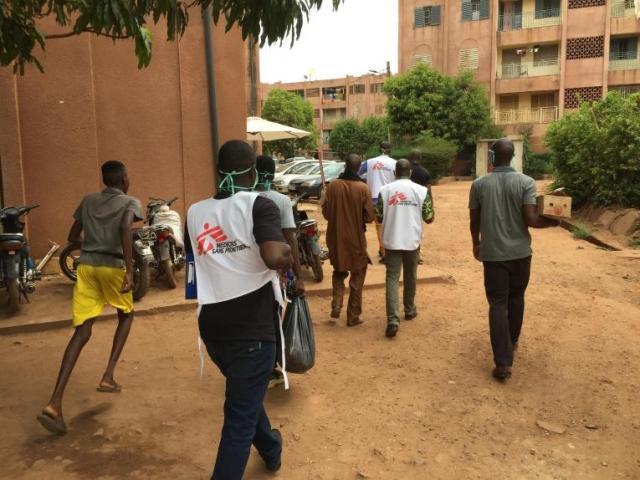 L'équipe MSF accompagnée de représentants de la société civile parcourt certains quartiers de Bamako pour distribuer des masques lavables et du savon à la population pour se protéger contre le coronavirus. © Lamine Keita/MSF