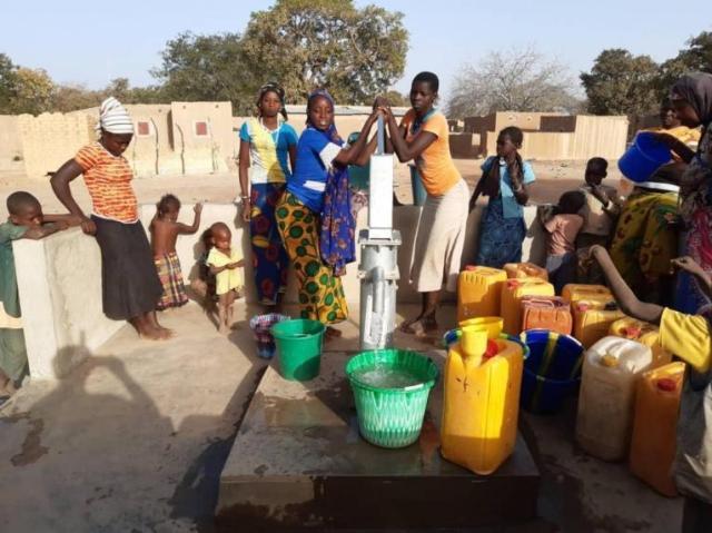 L'accès à l'eau potable est une des principales préoccupations des déplacés et des communautés hôtes de Fada. Burkina Faso. 2020.© MSF