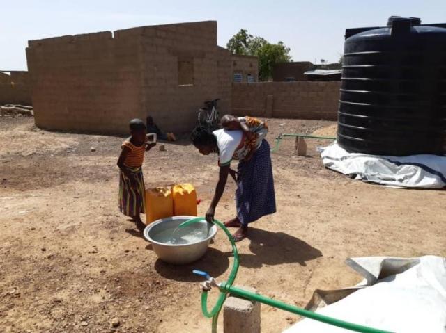 Des habitants de Fada se fournissent en eau. Burkina Faso. 2020.© MSF