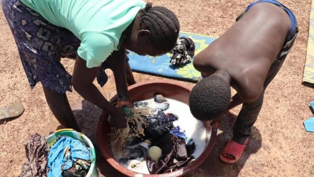Les habitants du camp de personnes déplacées deBarsalogho sont obligées d'utiliser des eaux souillées pour leurs activités ménagères. Burkina Faso. 2021.