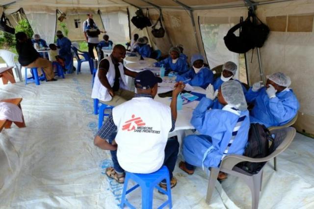 Un equipo de vacunación de Médicos Sin Fronteras se reúne antes del comienzo del día.