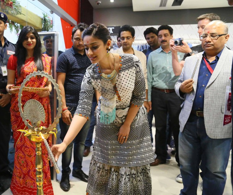 Akhilesh Prasad (CEO Reliance trends) with Ileana at the inauguration of the store