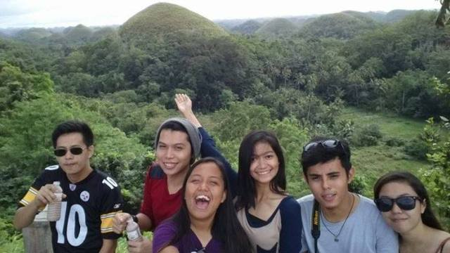 I almost cannot believe my eyes. This is too much for a day with my friends. The Chocolate Hills right behind us.