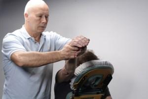 Je ziet een van de technieken die je leert tijdens de cursus Stoel Shiatsu uitgevoerd door docent Frank Wetters