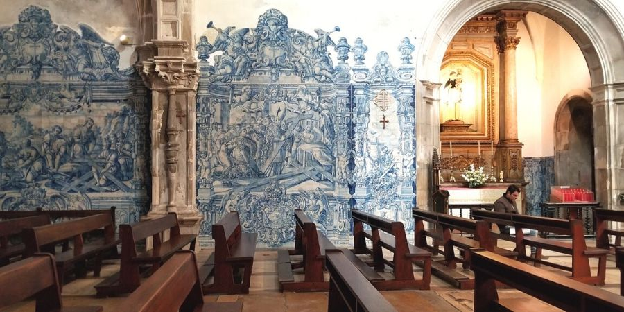 Blue tiles line the walls of Igreja de Santa Cruz