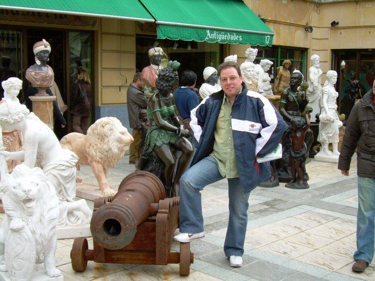 Kendroock posando con un cañón de Cannon Bubble