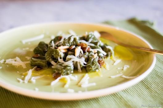 8.Gnocchi con farina di spinaci, pinoli, uvetta e provolone podolico di Caris