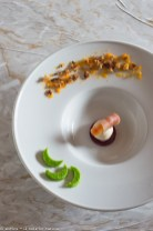 4. Gelato di robiola su gelatina di barbabietola con gambero, speck e crumble di farina di segale e castagne di Enrica