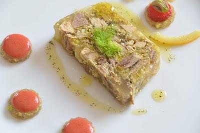 1. Faraona in gelatina di sidro con pistacchio e citron confit, maionese di fragole e olio aromatizzato al caffè di Marina