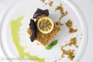 8. rillette di triglia al limone arrostito con cialde di riso viola, sabbia di pistacchio ed emulsione alle erbe di Alessia