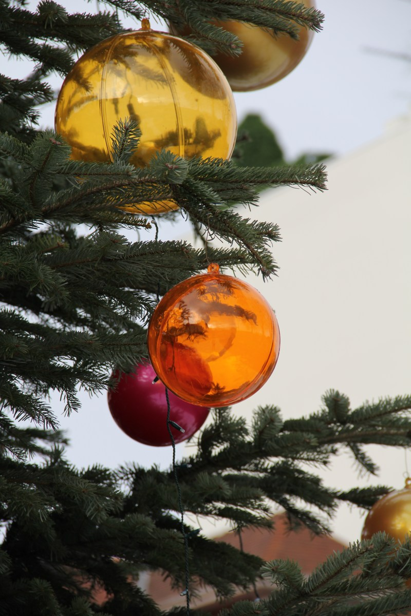 Boules teintées or et orange sur sapin