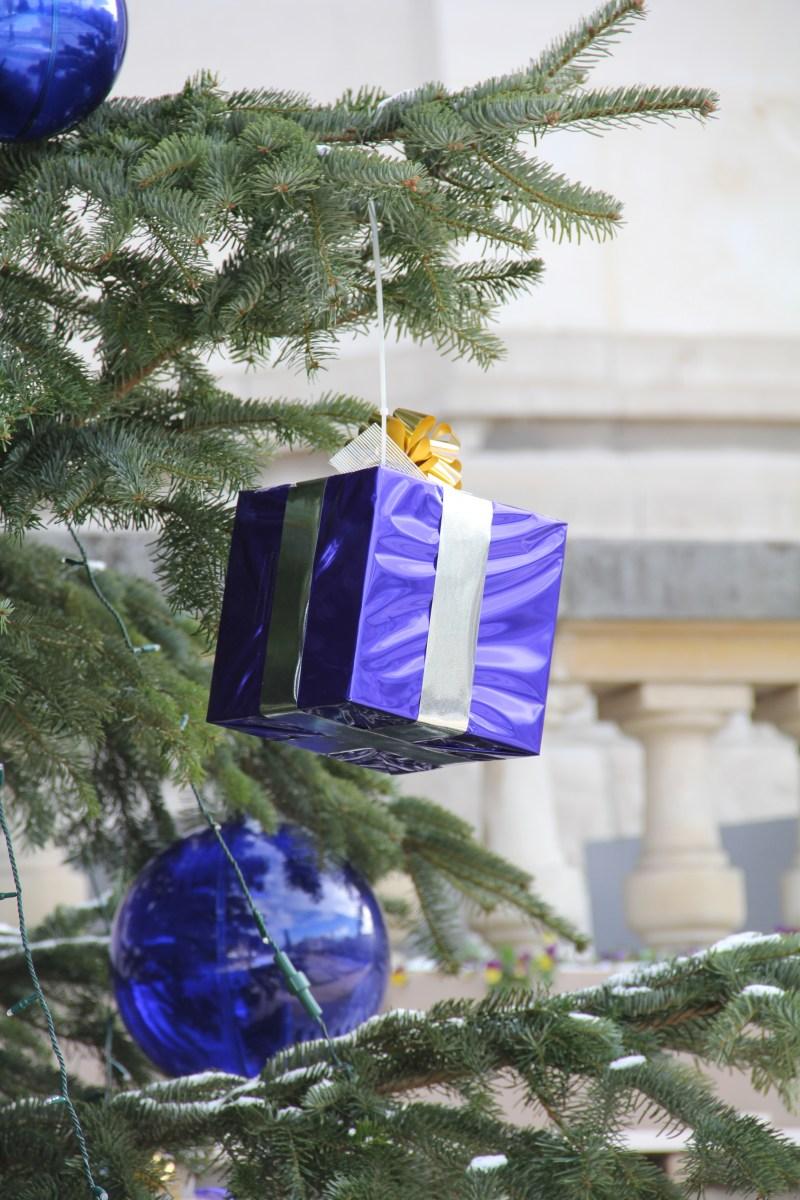 Guirlande de cadeaux bleu pour sapin
