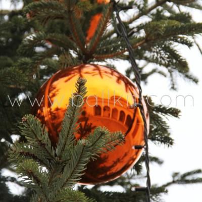 Boule miroir orange et sapin géant