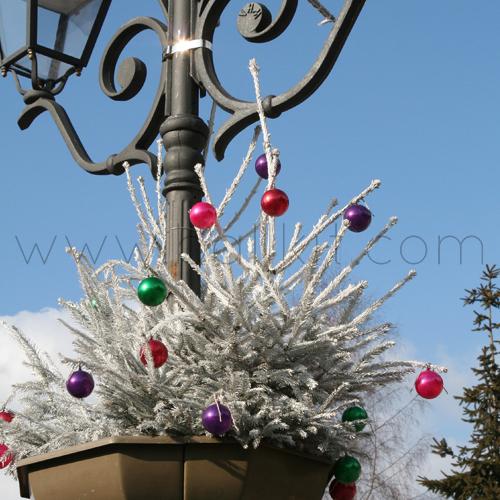 Boules diverses couleurs pour la décoration d'un sapin blanc