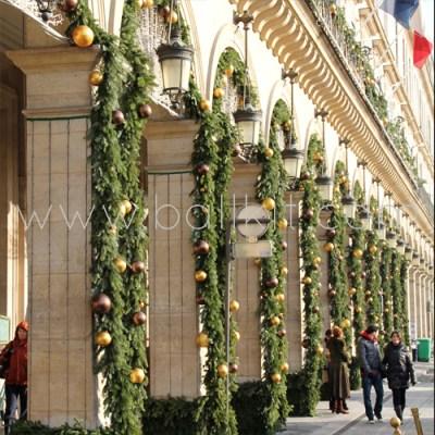 Boules or et marron et jabots pour la décoration d'arcades de rues