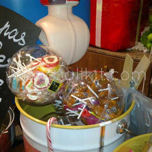 Boules transparentes en contact alimentaire garnies de bonbons, sucettes et sucreries