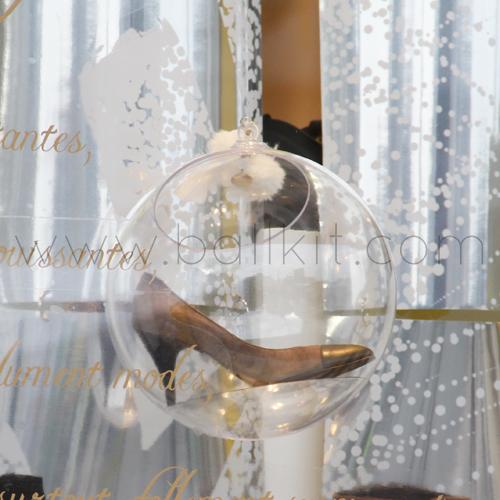 Boule présentoir transparente à suspendre, garnie avec une chaussure
