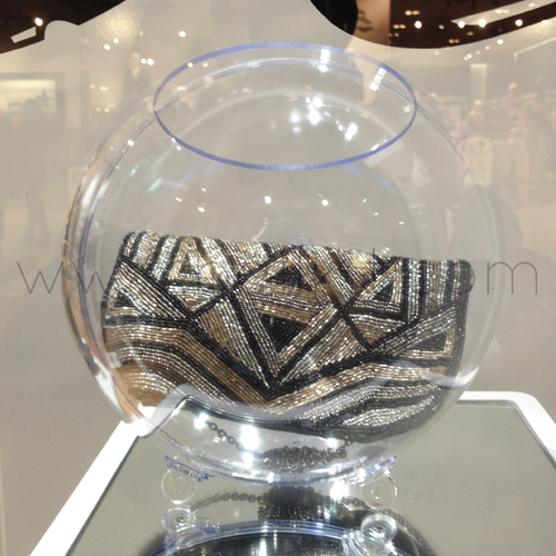 Boule présentoir transparente à poser à garnir avec un sac à main