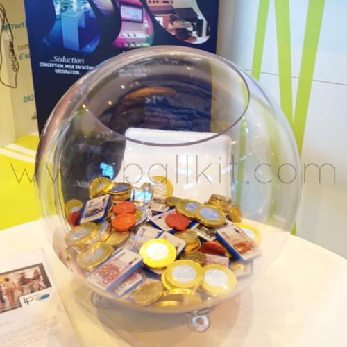 Boule présentoir transparente à poser, garnie de chocolats