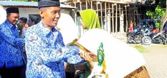 Terima Trofi KSM dari Kepala Kantor Kemenag Kabupaten Probolinggo