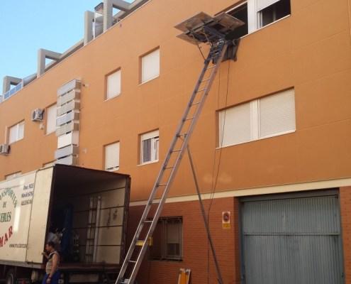 mudanza con grua sobre fachada