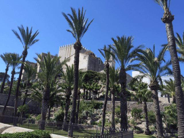Vista del castillo de Peñiscola desde los Jardines del Parque de Artilleria