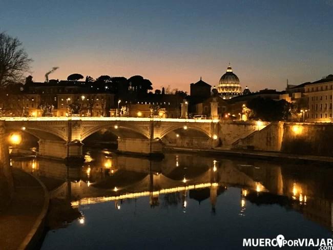 Las vistas de la Basílica de San Pedro y el Ponte de Sant'Angelo de noche son muy bonitas