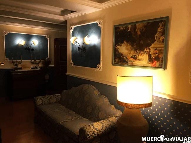 Los diferentes pisos del hotel, eran en realidad pasillos del edificio muy decorados y recargados
