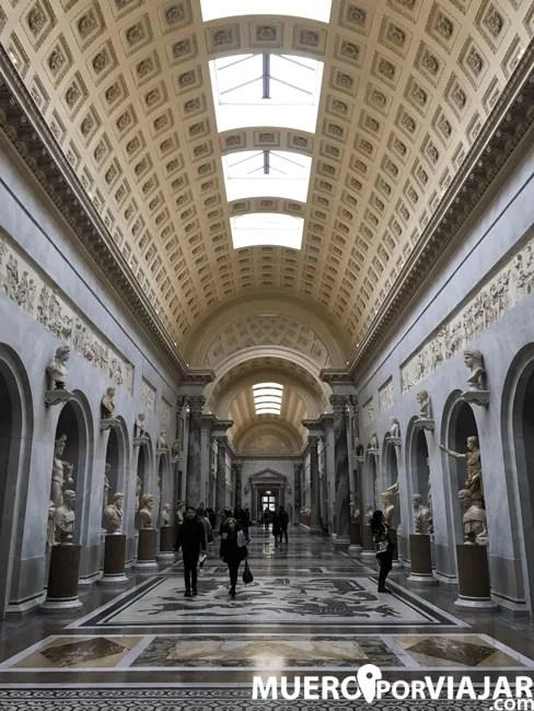 Los pasillos que conectan las zonas de los Museos Vaticanos son, en si mismos, museos