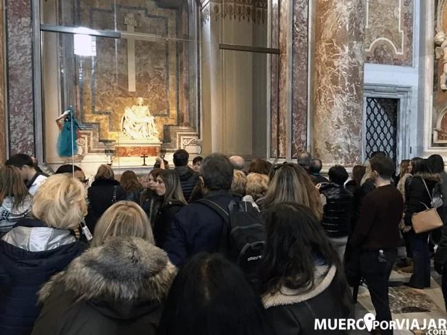 Gran aglomeración de visitantes frente a la Pietá de Miguel Ángel