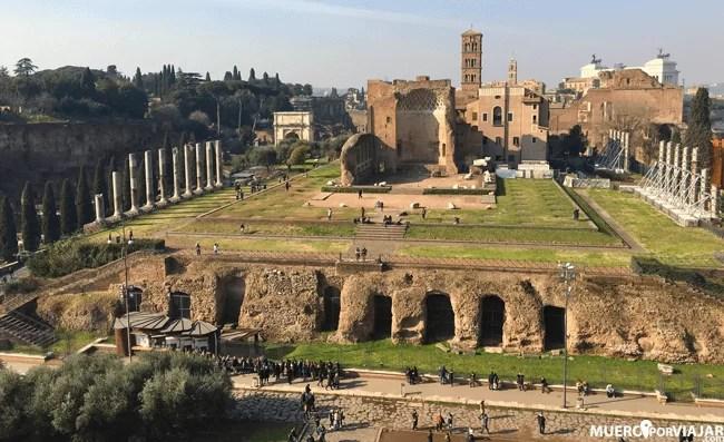 Vistas de la colina del Palatino desde la parte más alta del Coliseo de Roma