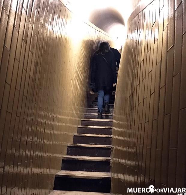 La escalera de subida a la Cúpula de la Basílica de San Pedro es muy angosta y con inclinación, no apta para claustrofobicos