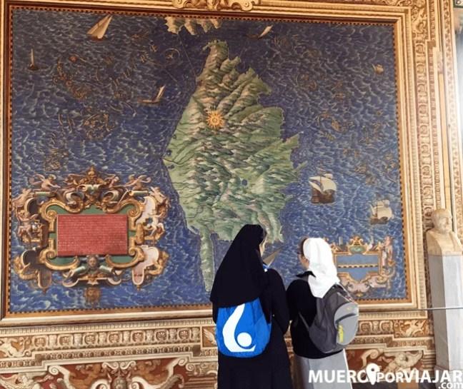 Monjas paseando y observan los maps de los Museos Vaticanos