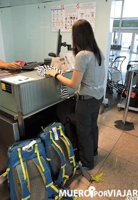 Embarcando las mochilas en la cabina del avión