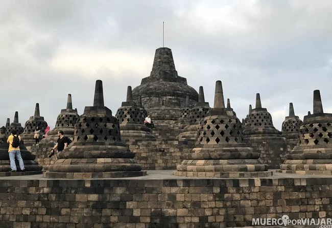La visita a Borobudur se alarga desde antes del amanecer hasta que el sol está bien arriba