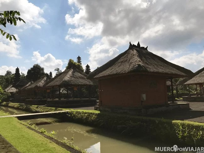 Todo el templo Pura Taman Ayun está rodeado por un pequeño foso con agua