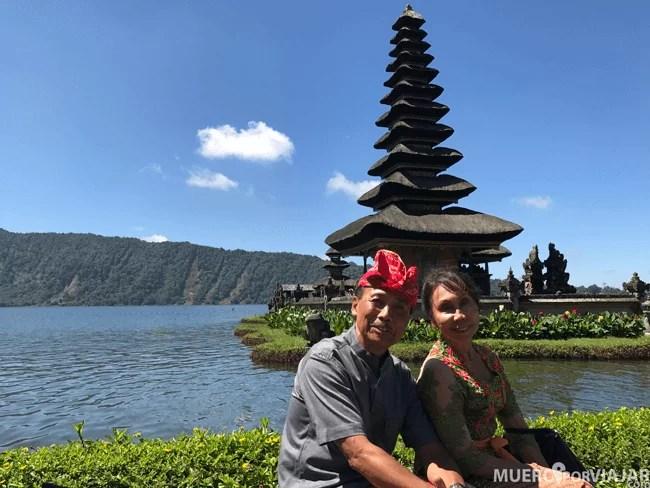 Unos simpáticos indonesios en el templo Ulun Danu Bratan