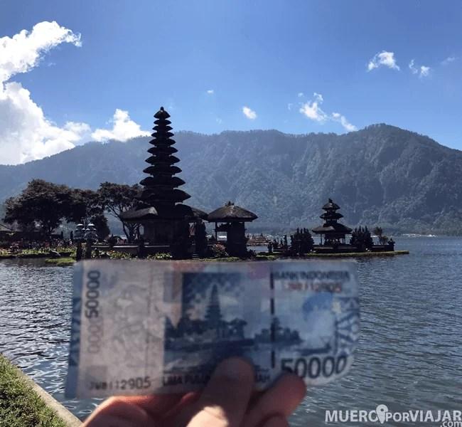 El templo Ulun Danu Bratan es muy famosos porque aparece en el reverso de los billetes de 50.000 rupias