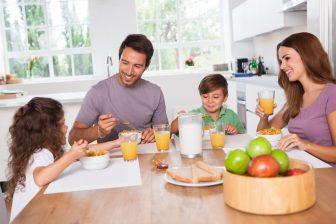 familia desayunando muesli
