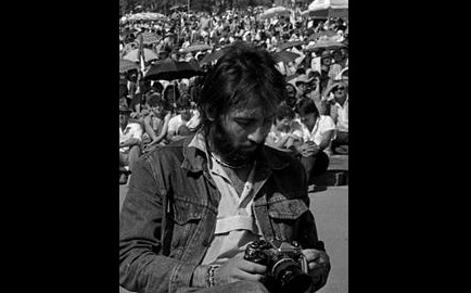Fotografía: De Rebecca_Hearfield_Photographing_Kevin_Carter.jpg: Ilagardienderivative work: Jacek555 - Este archivo deriva de:  Rebecca Hearfield Photographing Kevin Carter.jpg:, CC BY-SA 3.0, https://commons.wikimedia.org/w/index.php?curid=18768115