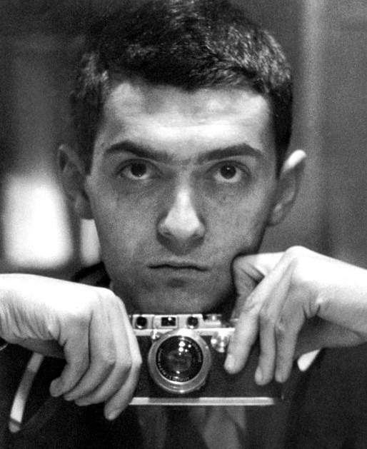 Fotografía: De Stanley Kubrick - File:KubrickForLook.jpgOriginal image: LOOK Magazine Collection, Library of Congress, Prints & Photographs Division, [Reproduction number e.g., LC-L9-60-8812, frame 8], Dominio público, https://commons.wikimedia.org/w/index.php?curid=35534727