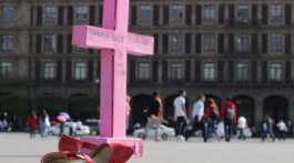 """""""Somos el grito de las que ya no están"""" tiene pintado una cruz y unos tacones que representan a las mujeres víctima de feminicidio"""