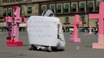 Mujer protesta sola en la plancha del Centro Histórico de la Ciudad de México